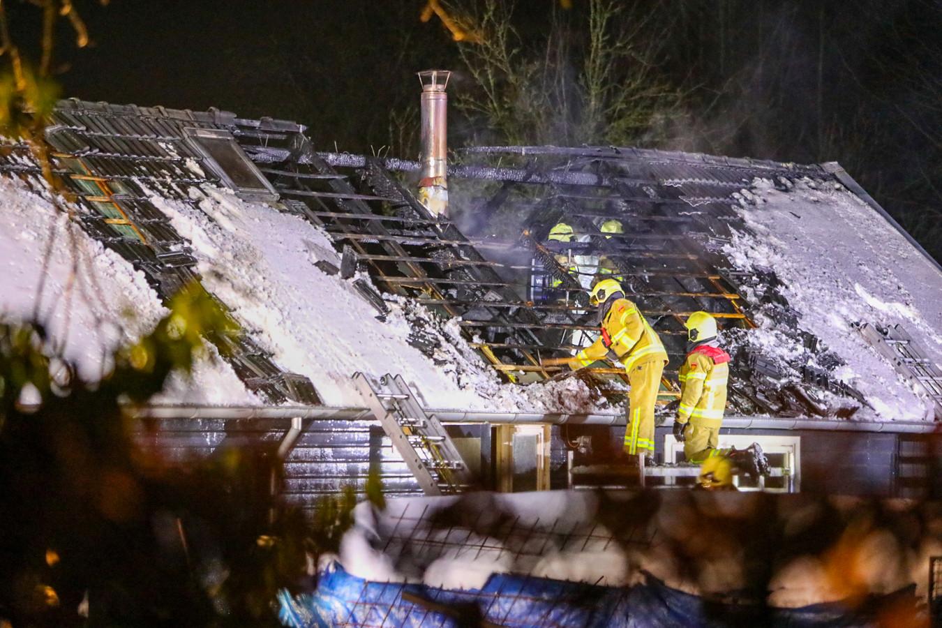 Brandweer op het uitgebrande dak in Klarenbeek.