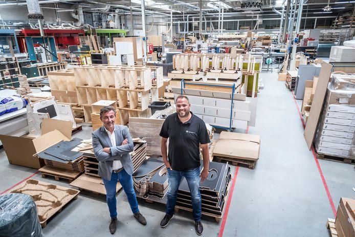 Directeur Anton Smeulders (links) en projectleider Stefan Maas in de werkplaats in Nuenen, waar het complete interieur van de tijdelijke Tweede Kamer is getimmerd.