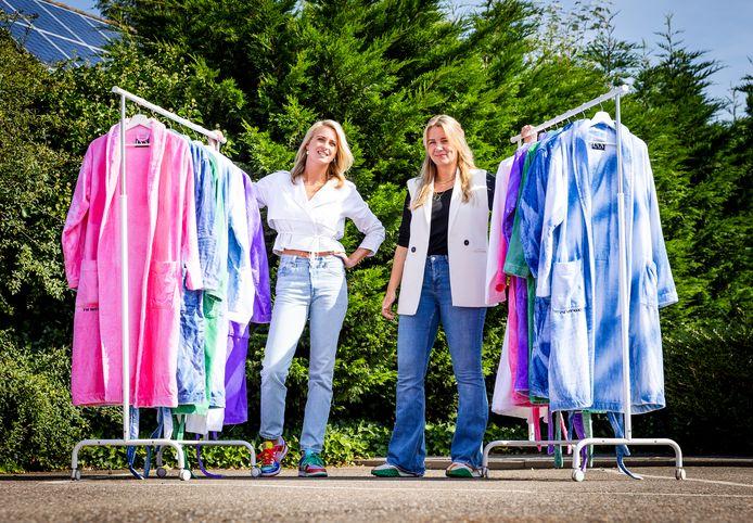 Kim Mast (l) en Cherique Kranendonk bij hun kleurrijke badjassen.