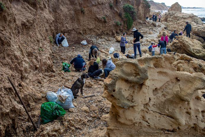 Duizenden vrijwilligers zijn zondag bijeengekomen op Israëlische stranden om olieresten op te ruimen.