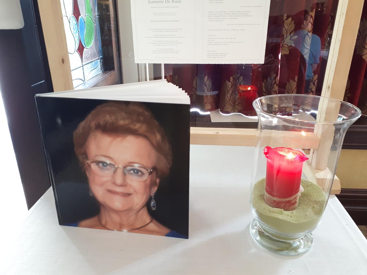 In het café staat een album met foto's van Jeannette bij een kaars.
