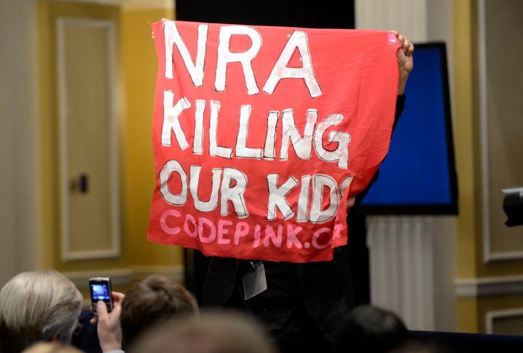 Protesten tijdens een toespraak van LaPierre. Beeld EPA