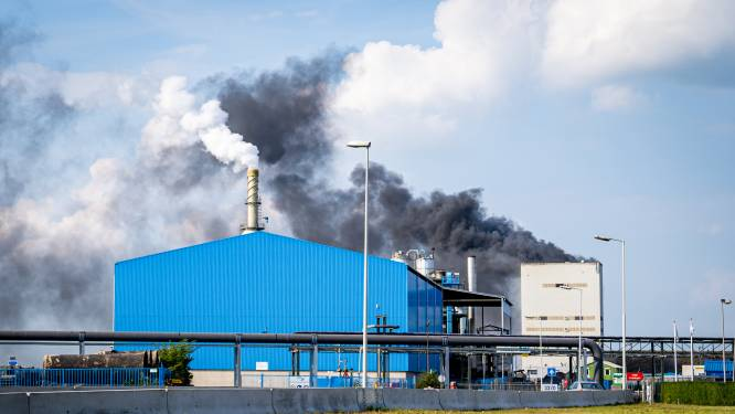 Veel rookontwikkeling bij brand asfaltfabriek aan Vondelingenweg