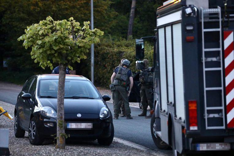 Veiligheidsdiensten kammen bos uit op zoek naar voortvluchtige militair die Marc Van Ranst bedreigde en mogelijk raketlanceerder bij zich heeft. Beeld Mine Dalemans