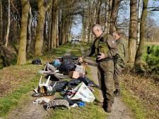Asociale afvaldumper gooit huisraad en kinderwagen op bospad, vergeet dat adres ook tussen puin ligt