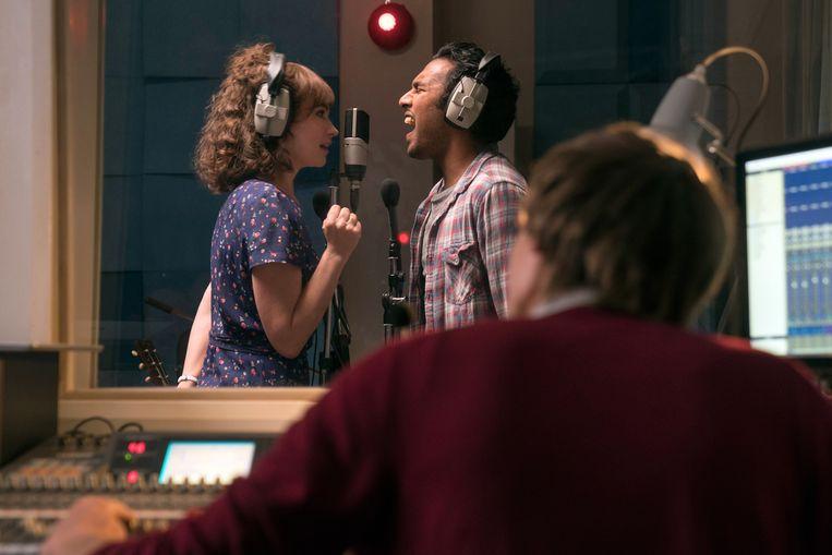 Lily James en Himesh Patel in Yesterday van Danny Boyle. Beeld
