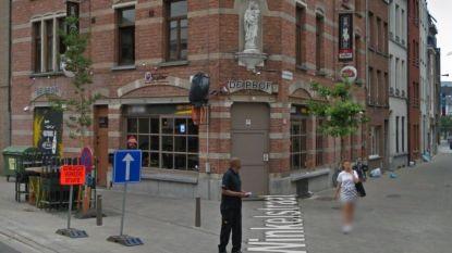 Wie na middernacht Antwerps studentencafé binnen wil, moet eerst 5 euro aan drankbonnetjes kopen