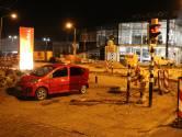 Automobilist rijdt dwars door verkeersafzetting: vrouw gewond