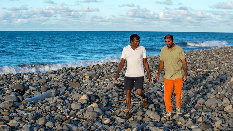 Johnny Begue (rechts) vond de flaperon, die mogelijk afkomstig is van de vermiste vlucht MH370.
