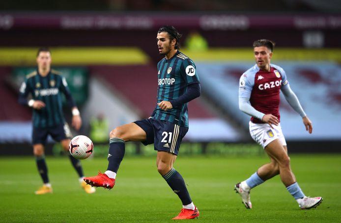 Pascal Struijk  in de 3-0 gewonnen wedstrijd tegen Aston Villa aan de bal, met op de achtergrond Premier League-sensatie Jack Grealish.