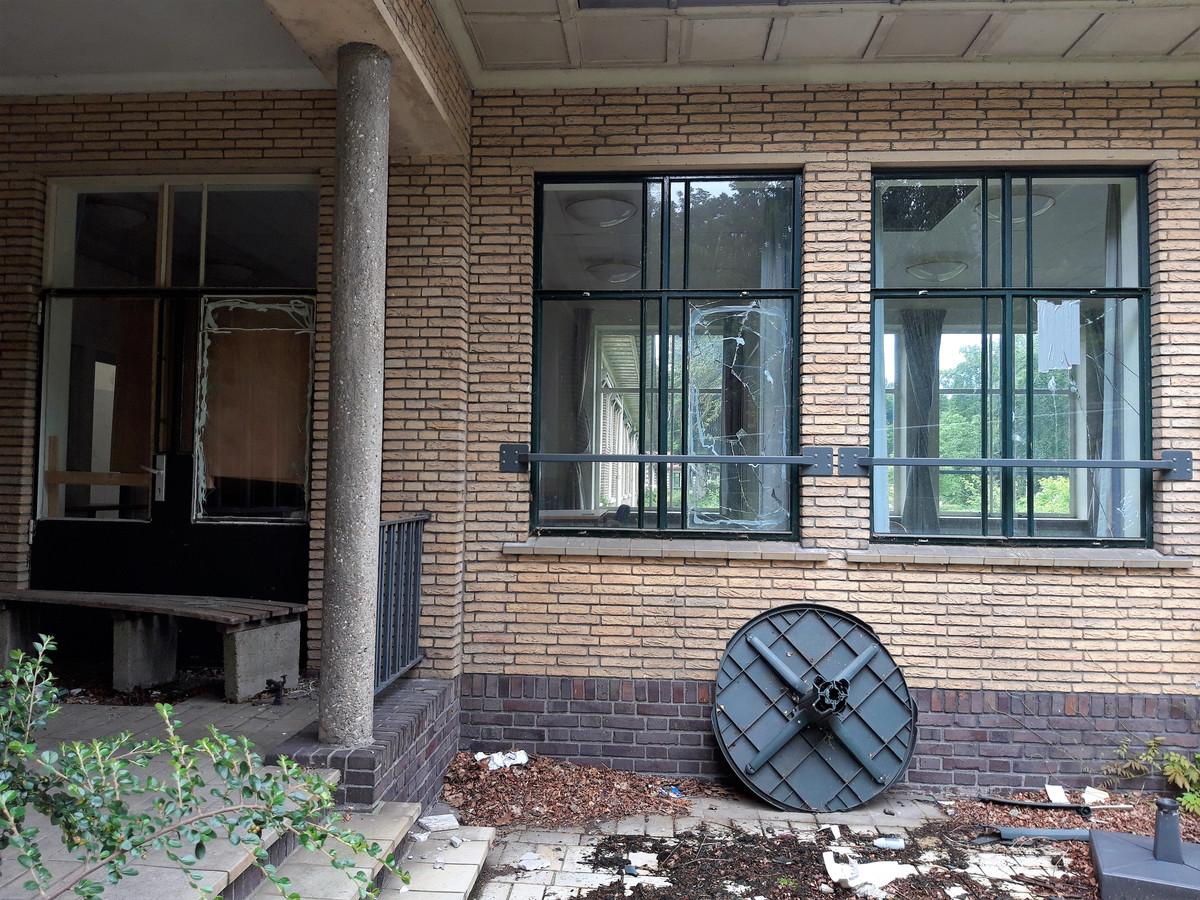 Er blijken veel vernielingen te zijn aangericht aan de Hooge Riet in Ermelo.