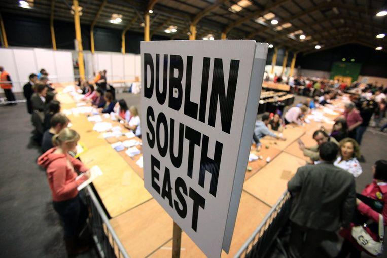 In Dublin worden stemmen geteld na het tweede Ierse referendum over het EU-verdrag van Lissabon. (AFP) Beeld AFP