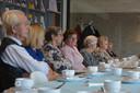 De wekelijkse koffieclub op woensdag in Den Bolder biedt mensen de gelegenheid een praatje te maken of een spelletje te doen.