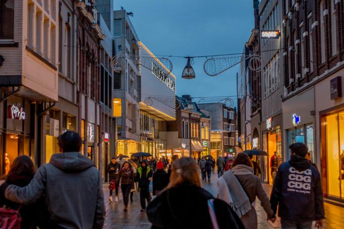 Feestverlichting in de Heuvelstraat gaat pas branden als de winkels bijna sluiten.