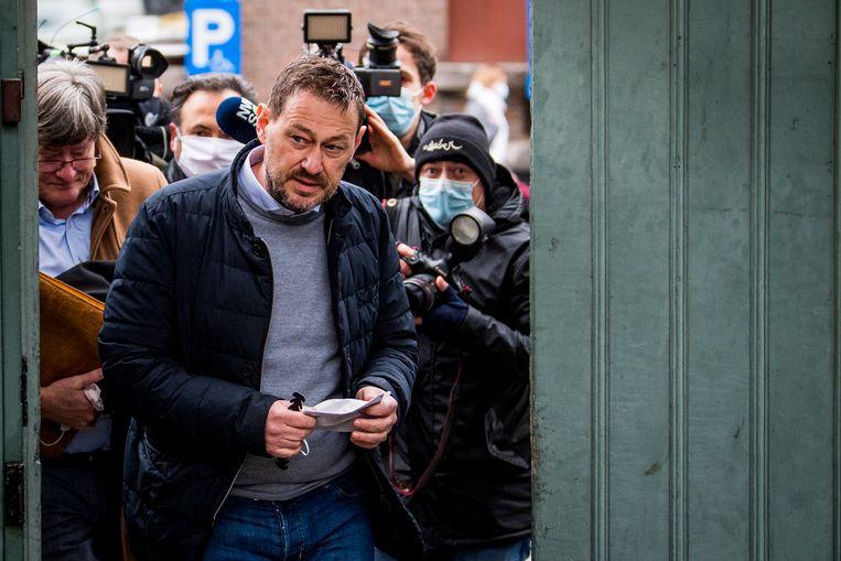 Tv-maker Bart De Pauw komt aan op de inleidende zitting in de rechtbank van Mechelen. Beeld BELGA