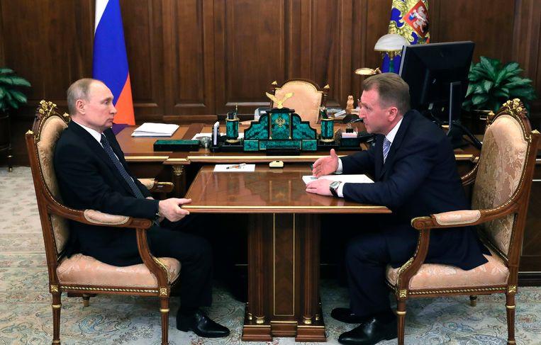 President Poetin in het sombere Kremlin, op net niet gepaste afstand van zijn bezoek. Beeld AP