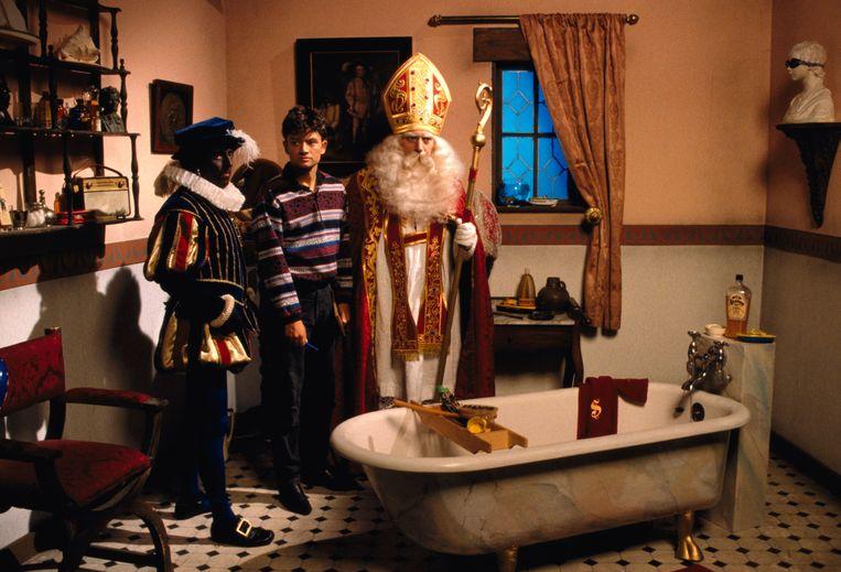 Bart Peeters ging in 'Dag Sinterklaas' op zoek naar het 'hoe en waarom' van de Sint, zijn paard en Zwarte Piet. Beeld VRT