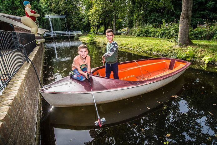 Broers Tijs en Jesse (links) zijn genomineerd voor de Nationale vfonds Kinderprijs. Zij gaan met hun boot het water op om zwerfafval op te ruimen.