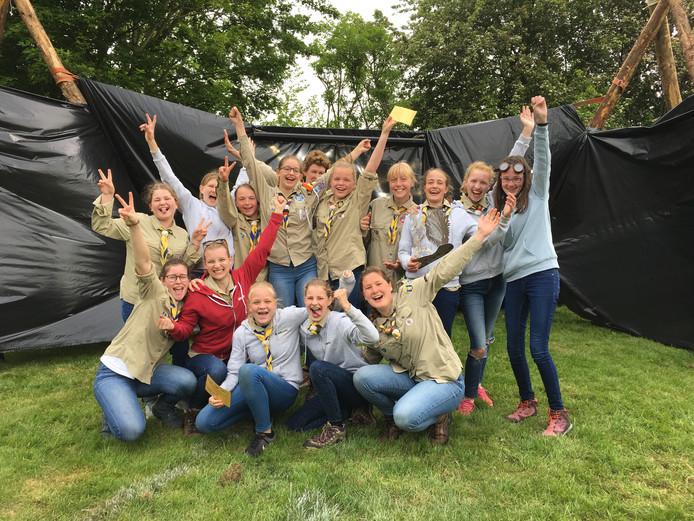 De meiden van de Wida Teams van scouting Ashanti vieren hun overwinning