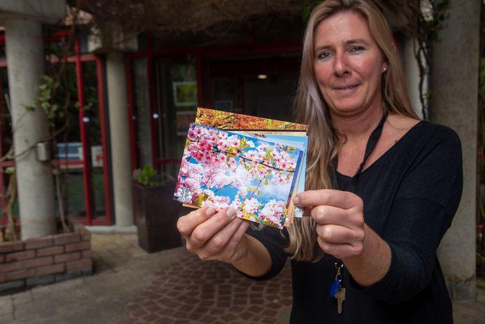 Leo schreef 500 persoonlijke kaartjes aan de bewoners van de woonzorgcentra in Wetteren.
