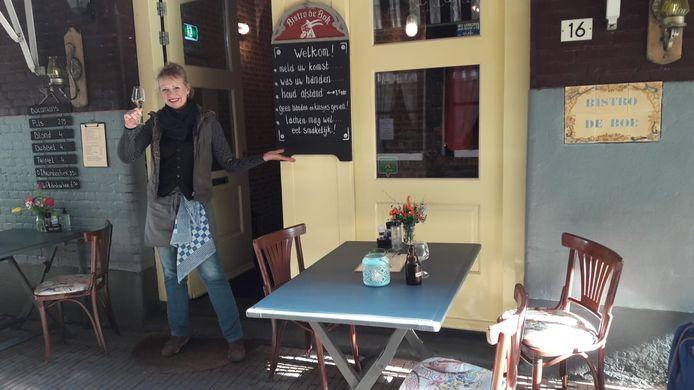 Jolanda Janssen bij Bistro De Bok in de Duizelsteeg. Instructie op het bord: 'Geen handen en kusjes geven.'