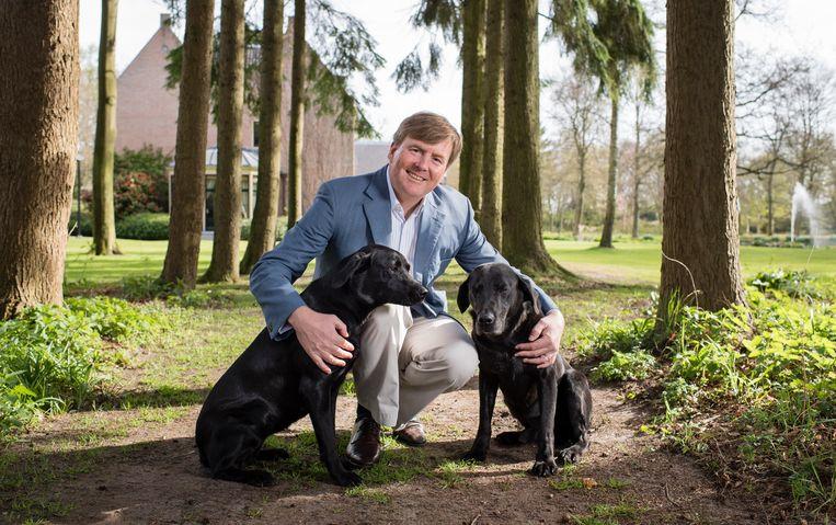 Koning Willem-Alexander met zijn honden. Beeld © RVD - Frank van Beek
