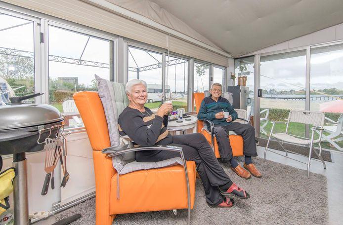 Emmy en Anton Bergman in hun 'paleisje' op camping De Paardekreek in Kortgene.