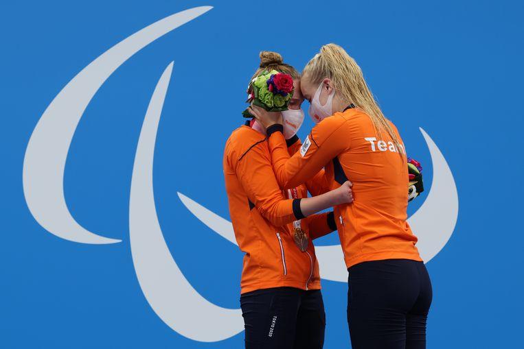 De zwemsters Chantalle Zijderveld en Lisa Kruger op het podium, nadat Zijderveld in haar laatste race goud had gewonnen. Kruger pakte brons. Beeld Reuters
