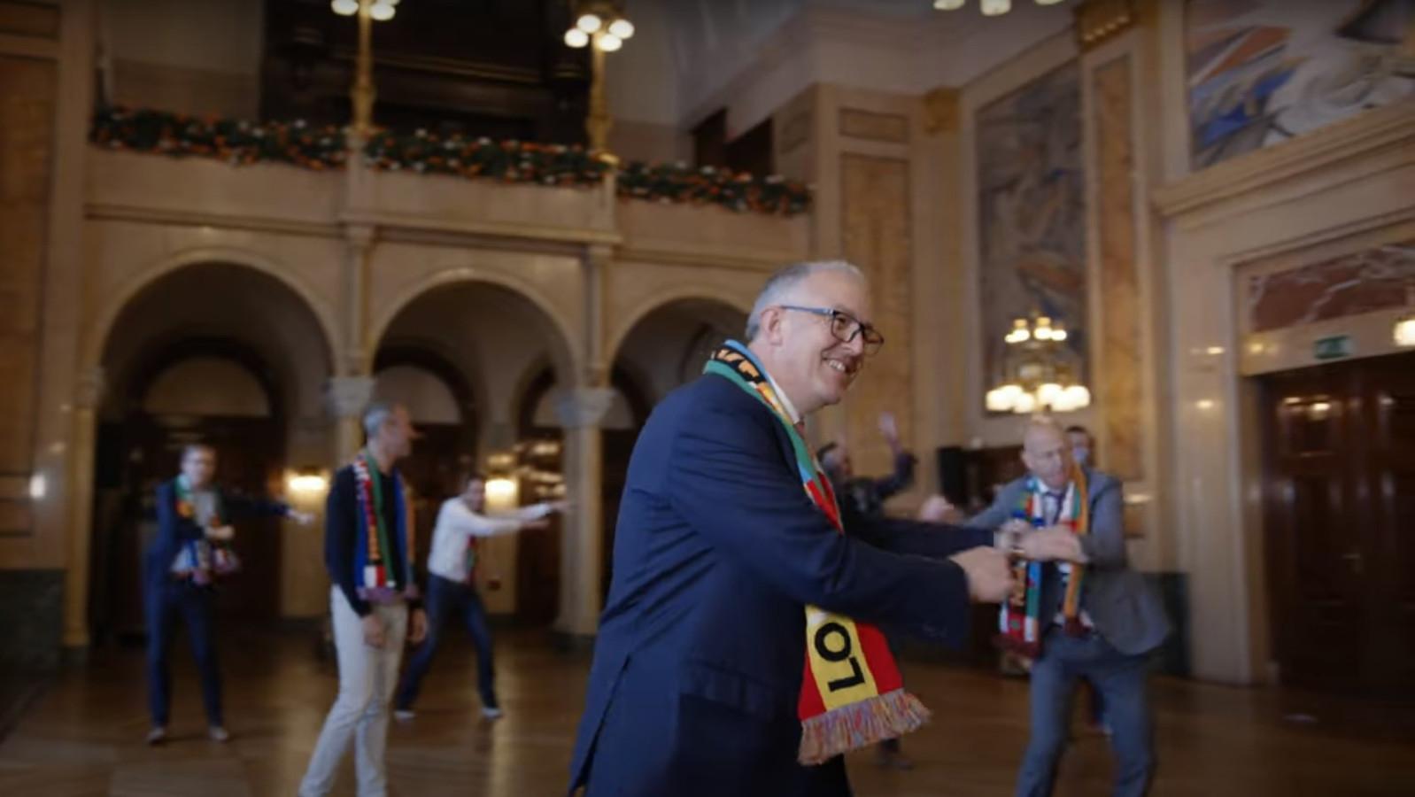 Een still uit de dansvideo.