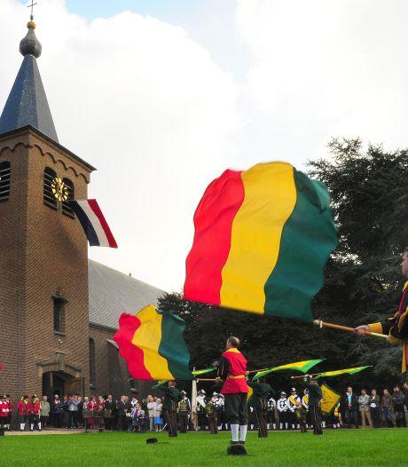 Bisschop tussen strobalen en kisten bij jubileummis voor regioboeren in Nijmegen