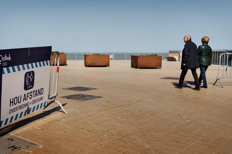 De dijk van Oostende. Burgemeester Tommelein: 'We gaan deze zomer tellen en monitoren. Het aantal mensen dat naar hier kan komen, is beperkt.'