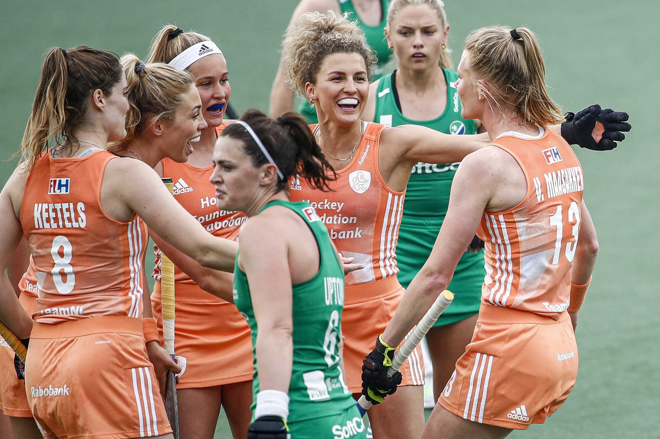 De Nederlandse hockeysters zijn het EK in eigen land begonnen met een ruime zege van 4-0 op Ierland.