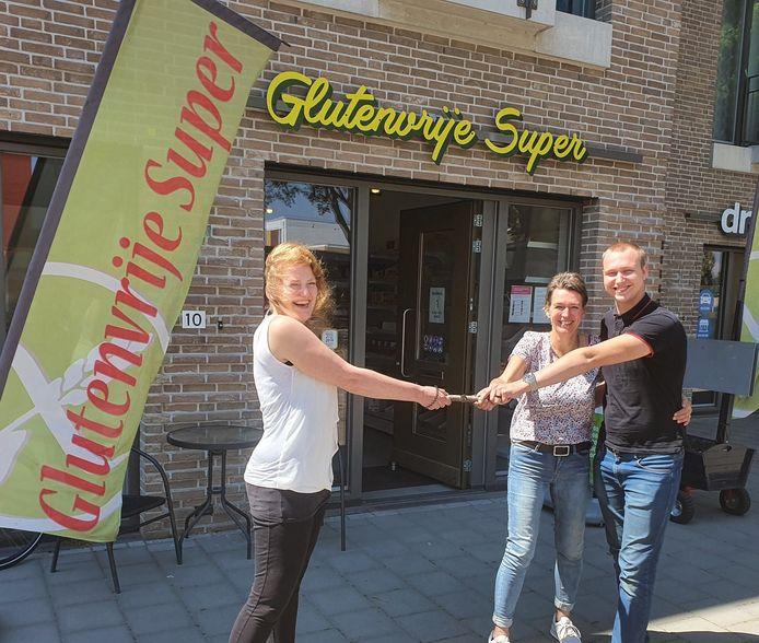 Elze Bijl (links) geeft het stokje van de Glutenvrije Super door aan Jolanda van Kruijsdijk. Rechts haar zoon Freek.
