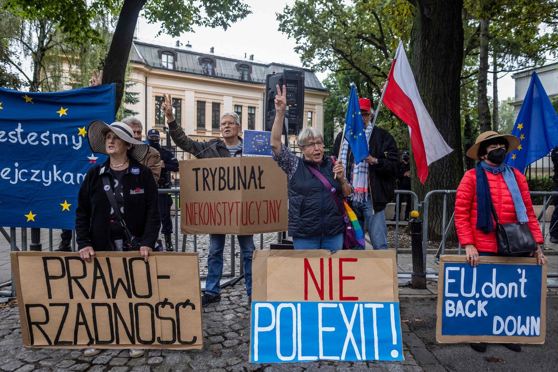 Demonstranten bij het Constitutioneel Tribunaal in Warschau, toen de zaak zou dienen over de kwestie rond Pools recht en EU-recht. Dat werd toen uitgesteld. Beeld Wojtek Radwanski / AFP