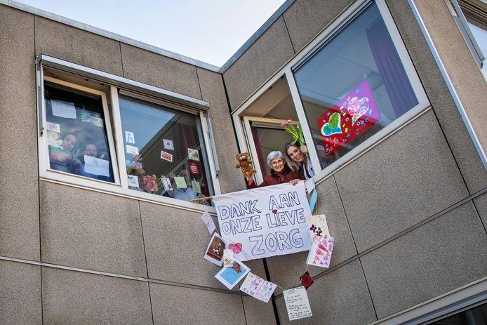 Ria Post (rechts met beer) en verpleegkundige Pien Janssen van de revalidatie-afdeling van Kalorama in Beek bedanken de wildvreemden die kaarten, tekeningen, ballonnen en brieven opstuurden aan de geïsoleerde bewoners.