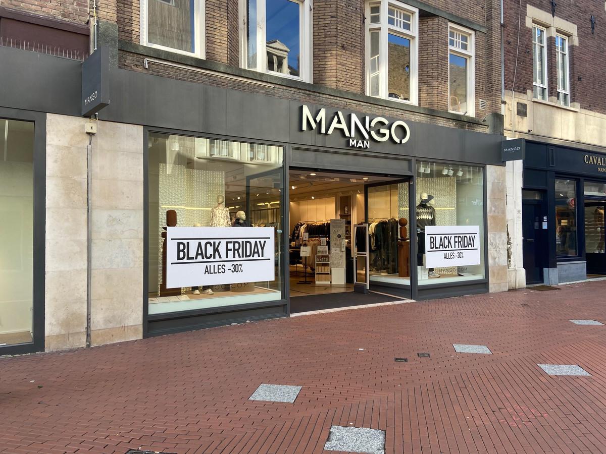 Winkels in Eindhoven promoten Black Friday volop in de etalages