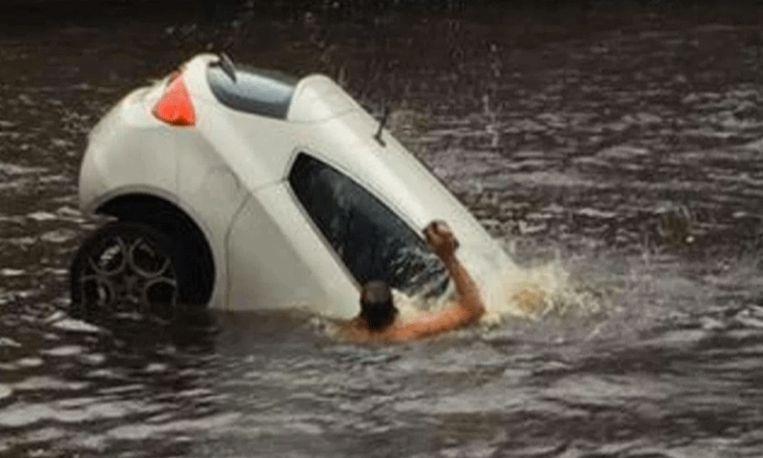 Heldendaad: mannen redden moeder en peuter uit zinkende auto
