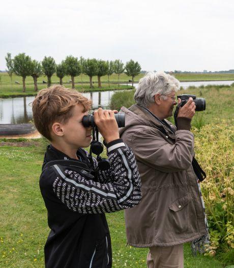 Nel (67) en Robin (12) zijn vogelaars: 'Het voordeel van Robin is dat hij jonge oren en ogen heeft'