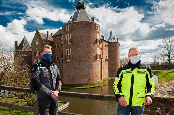 De eerste bezoekers melden zich bij kasteel Ammersoyen in Ammerzoden, Dirk Spangenberg (rechts) met zoon Sebastiaan.
