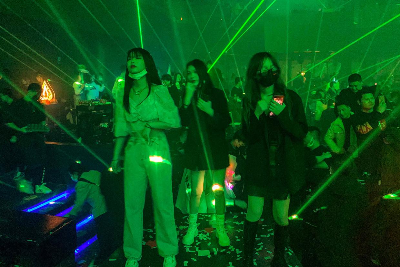 Mensen uit Wuhan bezoeken een nachtclub op 21 januari 2021. Veel inwoners zeggen het virus achter zich te hebben gelaten. Alsof er niets is gebeurd.