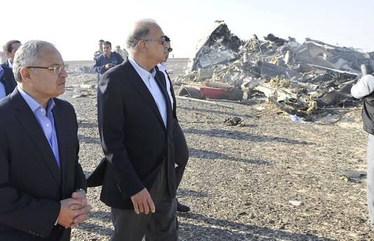 De Egyptische premier Sherif Ismaïl (uiterst links) bezoekt de crashsite.