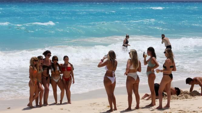 Toeristen mogen Mexico binnen zonder test of quarantaine, maar bevolking betaalt hoge prijs