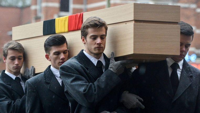 De kist van Leo Tindemans wordt naar de kerk gedragen. Beeld EPA