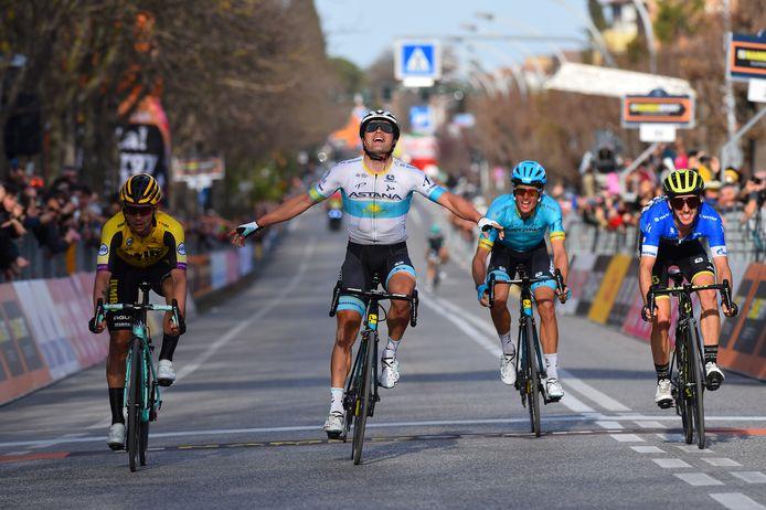 Jakob Fuglsang komt juichend over de streep in etappe vier van de Tirreno-Adriatico vorig jaar.