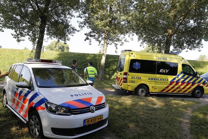 Een fietser is zwaar ten val gekomen op de Jan van Cuijkdijk in Grave.