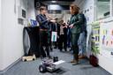 Onderzoeker Mick Boe van Saxion demonstreert een robot met een laserscanner aan de minister.