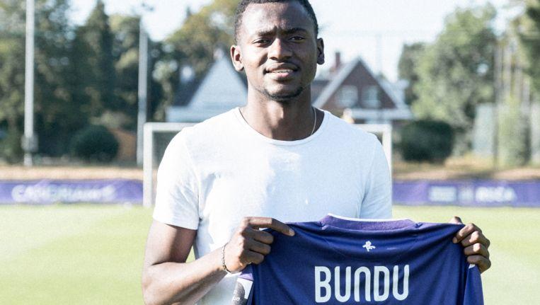 Bundu poseert met het truitje van Anderlecht. Hij zal met nummer 19 spelen.