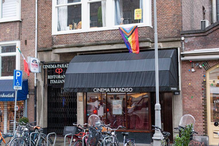 Cinema Paradiso aan de Westerstraat is beschoten. De kogelgaten zijn afgeplakt met tape. Beeld MAARTEN BRANTE