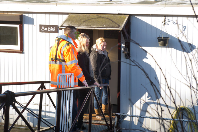 Minister Melanie Schulz is vrijdagmiddag op bezoek bij woonbootbewoonster Floor Nijhuis op het Maas-Waalkanaal.
