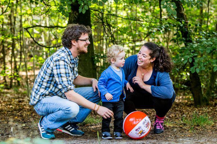 Sanne (vader) en Sasha maken met kind Mick een herfstwandeling in het Panbos in Zeist.